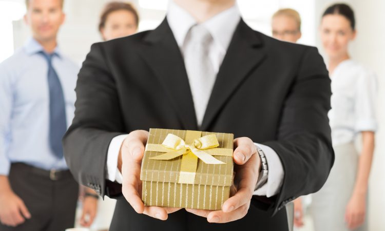 is it appropriate to give your boss a gift?